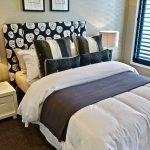 Коричневый белый и золотой в дизайне спальни