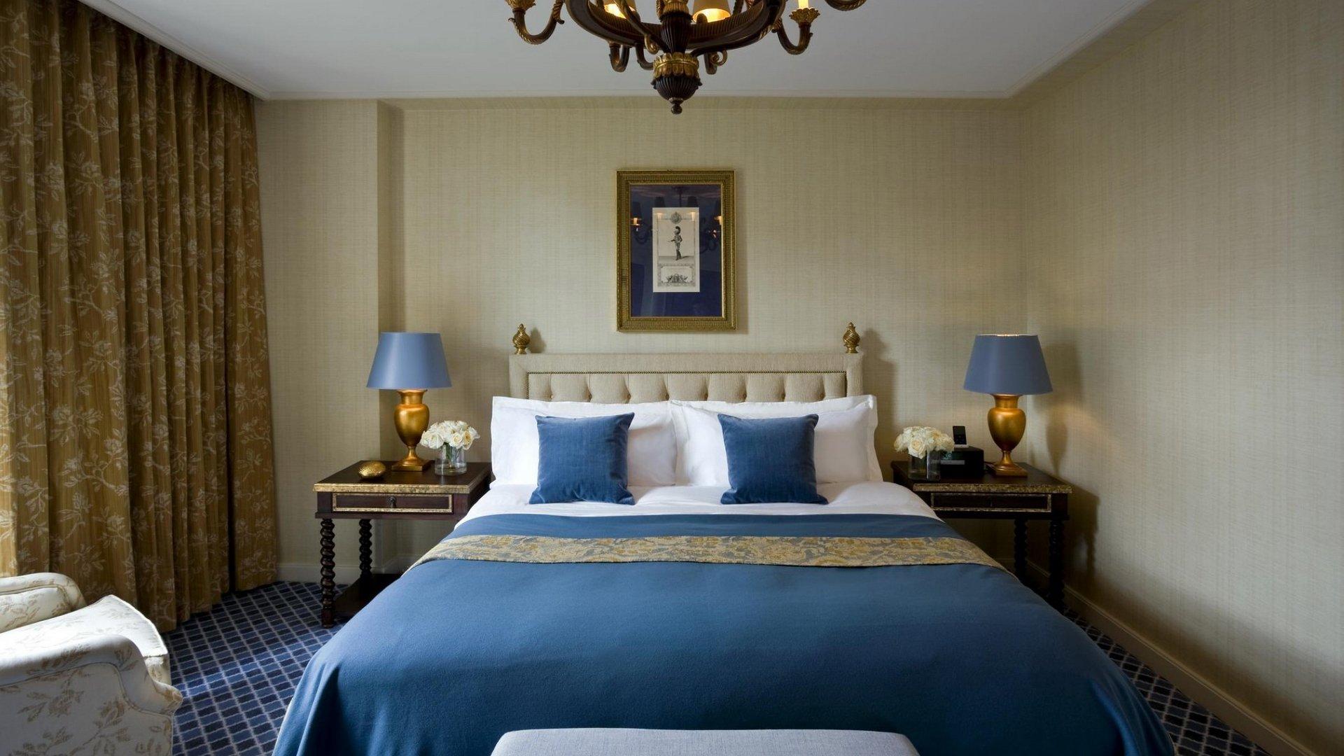 Синие и золотые оттенки в интерьере спальни