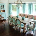 Интерьер в стиле прованс с бирюзовыми шторами