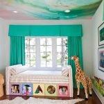 Жираф у кроватки
