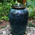 Декор из камней вокруг фонтана