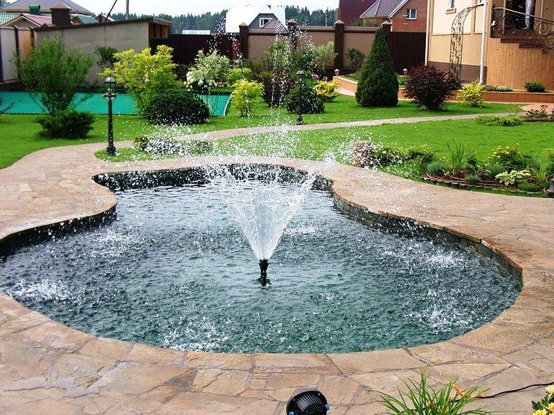 Погружной фонтан в пруду