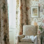 Цветы на стенах и шторах