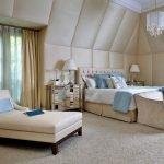 Люстры на комодах у кровати