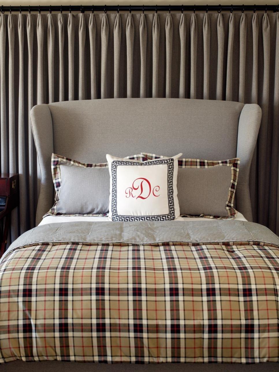 Ткань на стенах в спальне