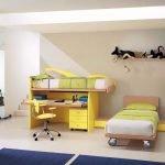 Две кровати и рабочий стол