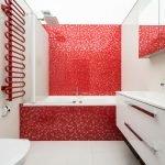 Красная стена в белом интерьере