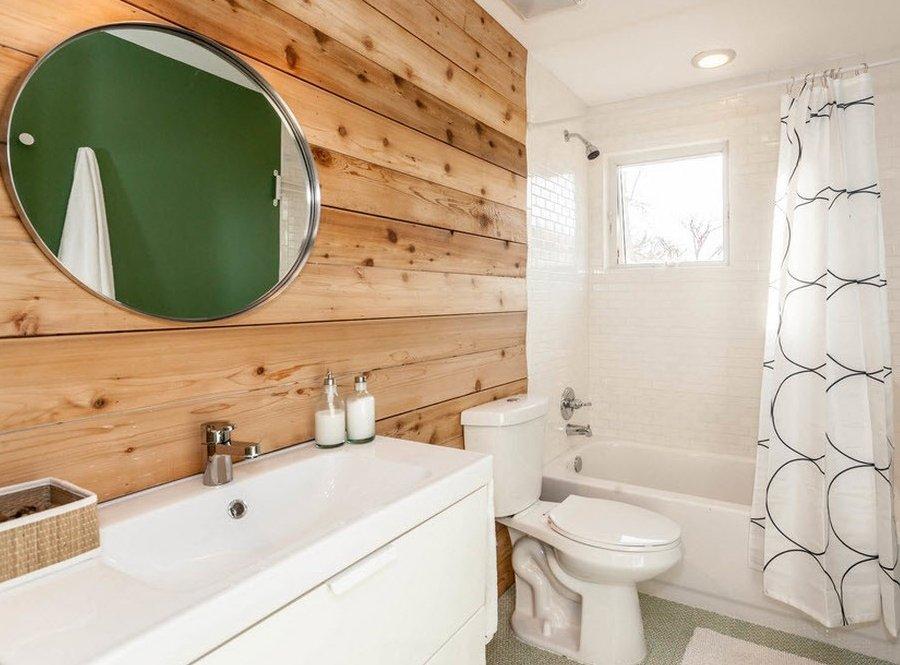 Сочетание дерева и белой плитки в ванной