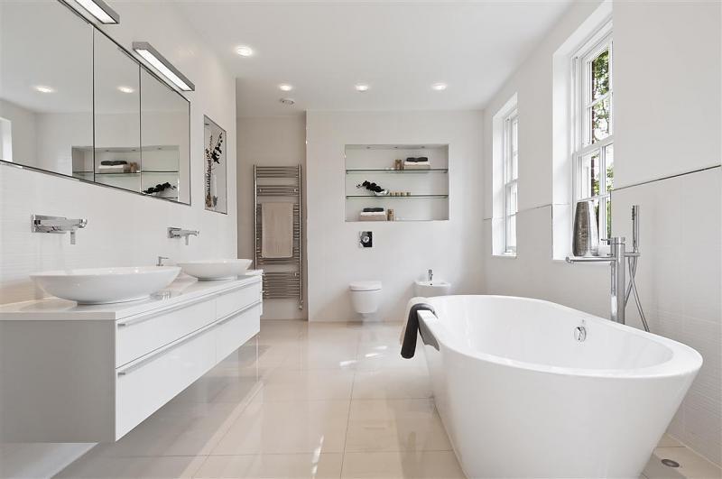 Ванная с окнами