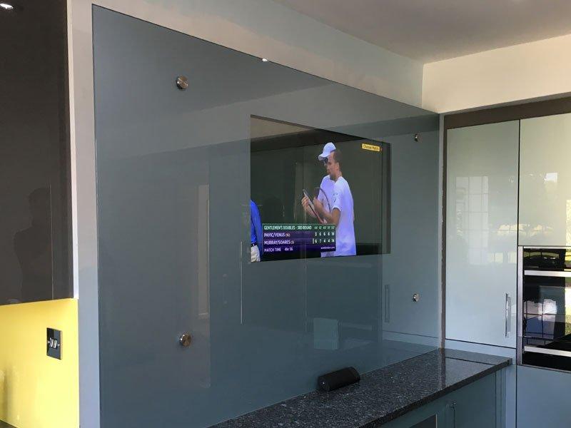 Телевизор за стеклянной поверхностью