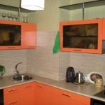 Короб на яркой кухне в цвет стен