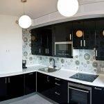 Белый короб на черной кухне