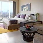 Кровать и диван в комнате