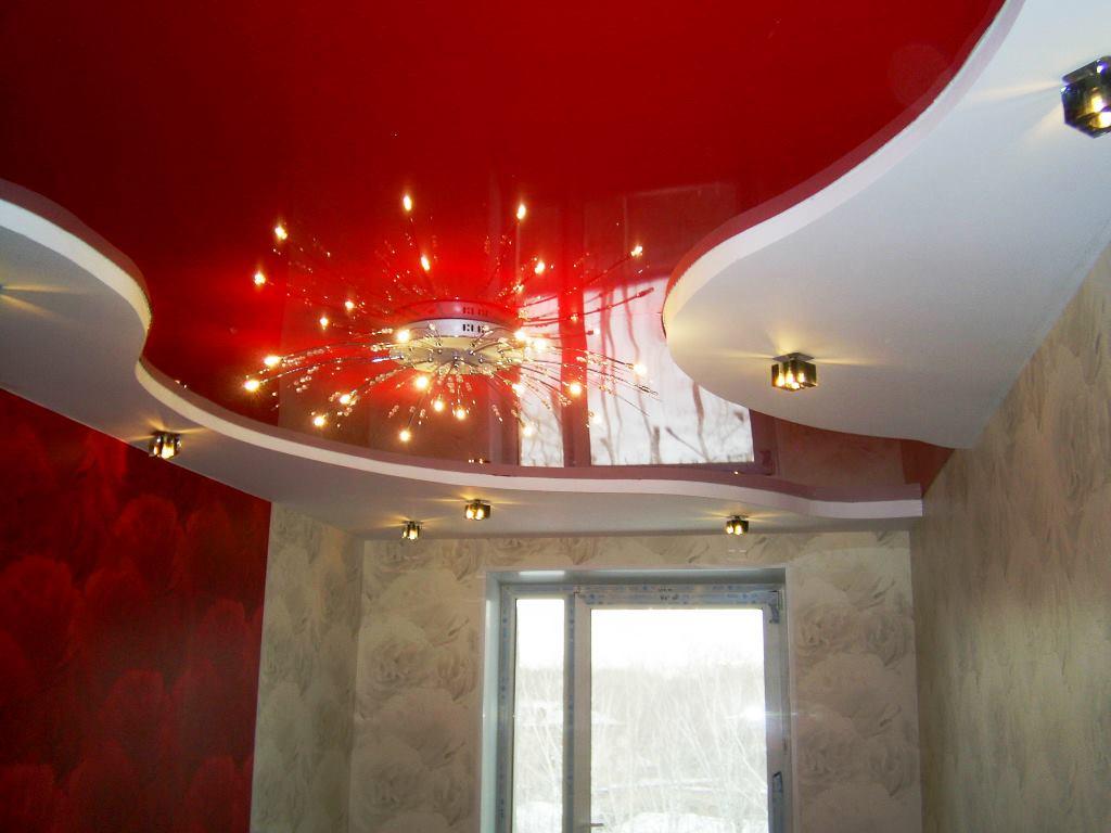 Красный цвет в дизайне потолка