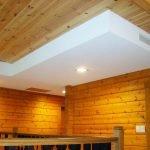 Комбинация двух материалов в дизайне потолка