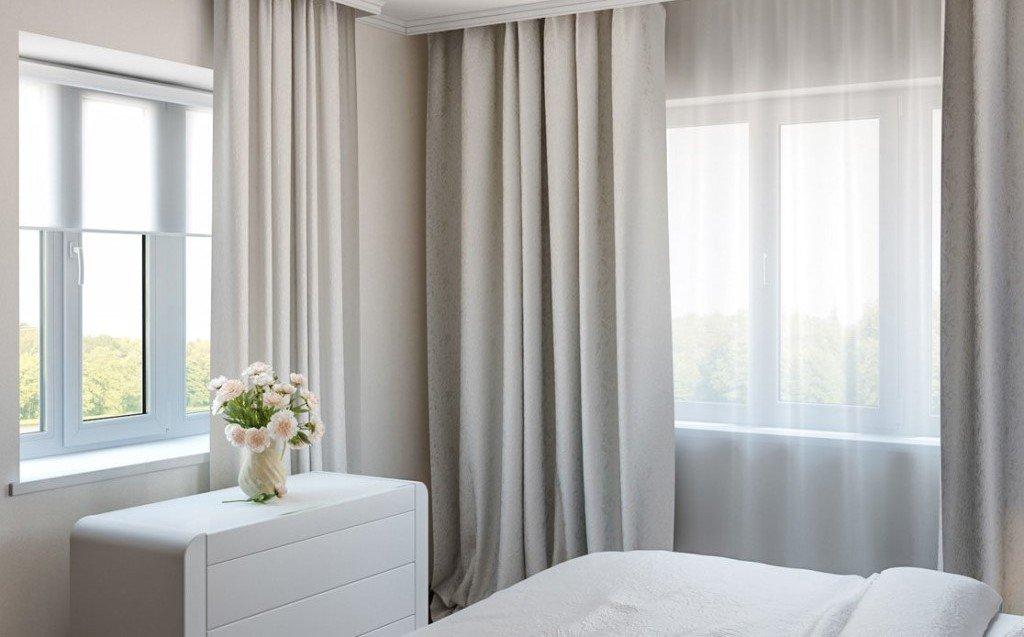 Отделка спальни с двумя окнами