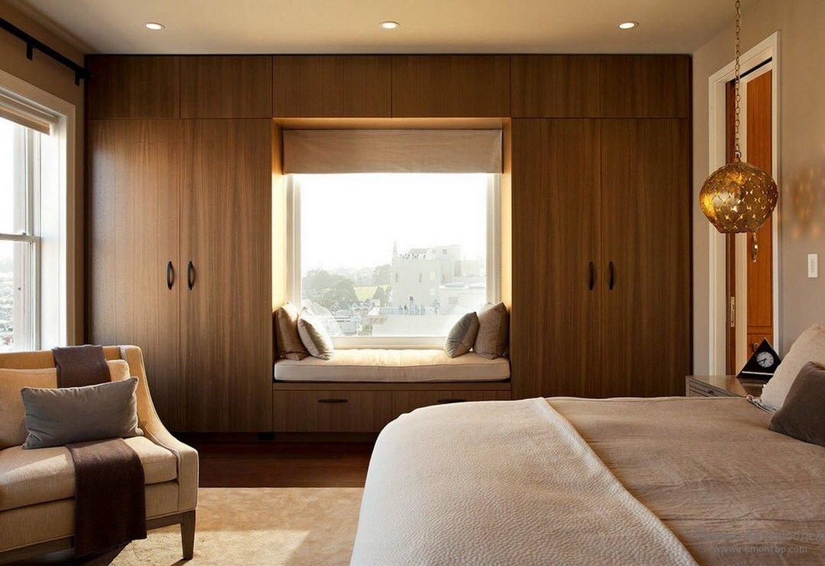 Оформление спальни с двумя окнами