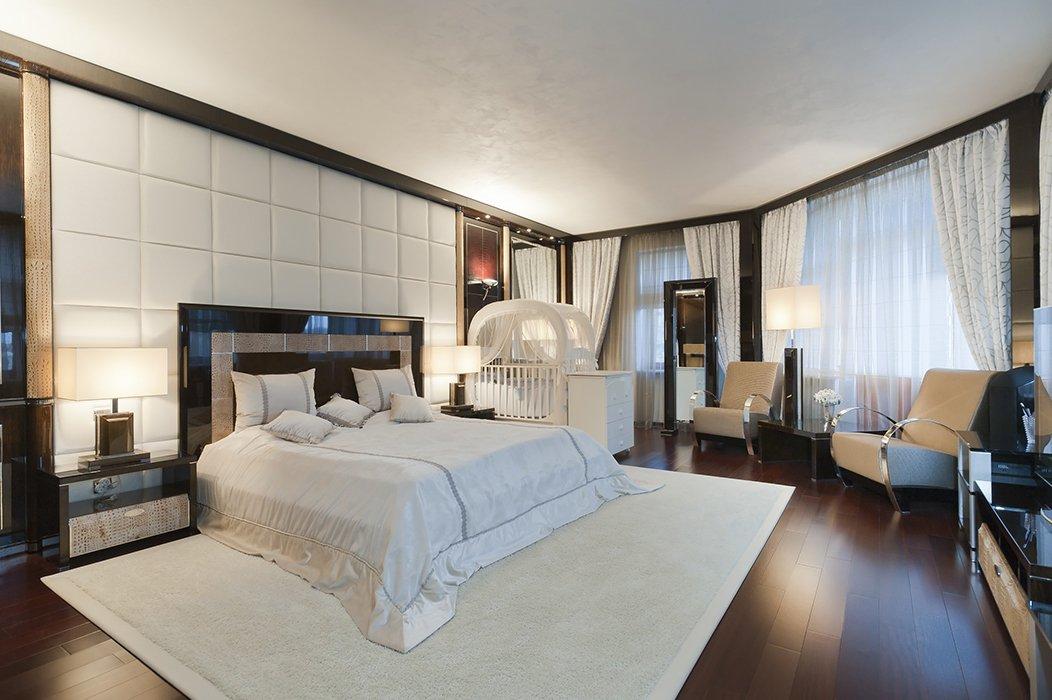 Зонирование спальни с двумя окнами