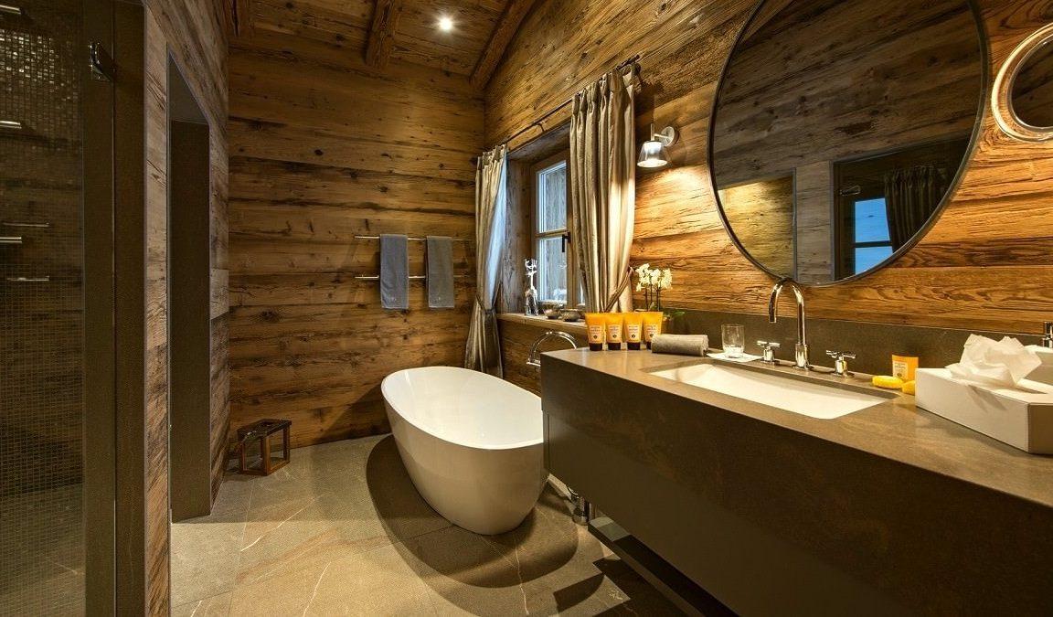 Дуб на стенах в ванной в деревянном доме