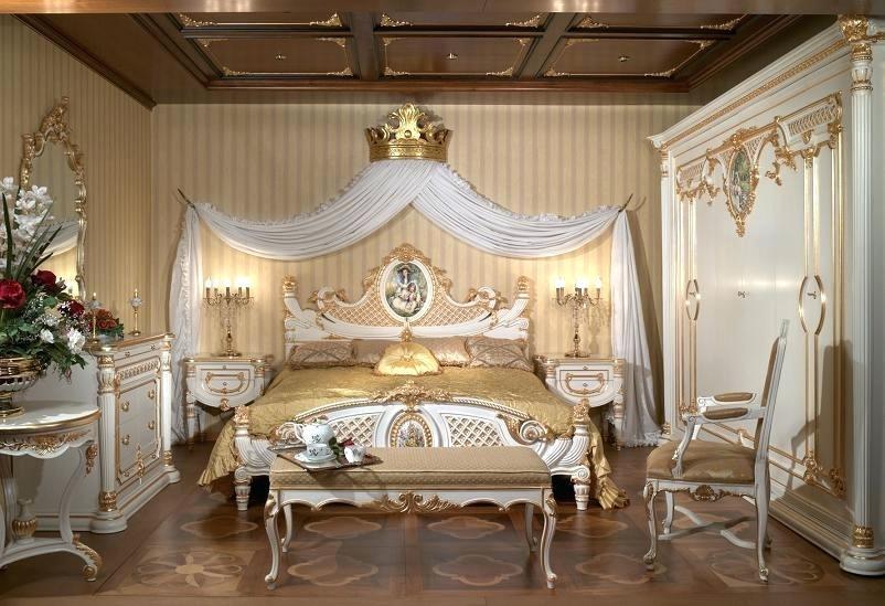 Светлая мебель в интерьере в дворцовом стиле