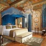 Потолок с узорами в спальне