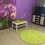 Фиолетовые стены, зеленый коврик
