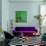 Яркий диванчик в гостиной