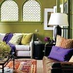 Яркие подушки на диванах