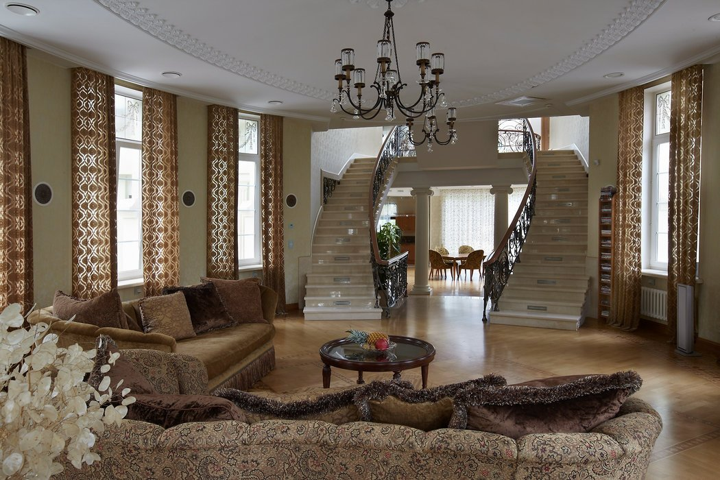 Индивидуальность - одно из преимуществ лестницы в гостиной