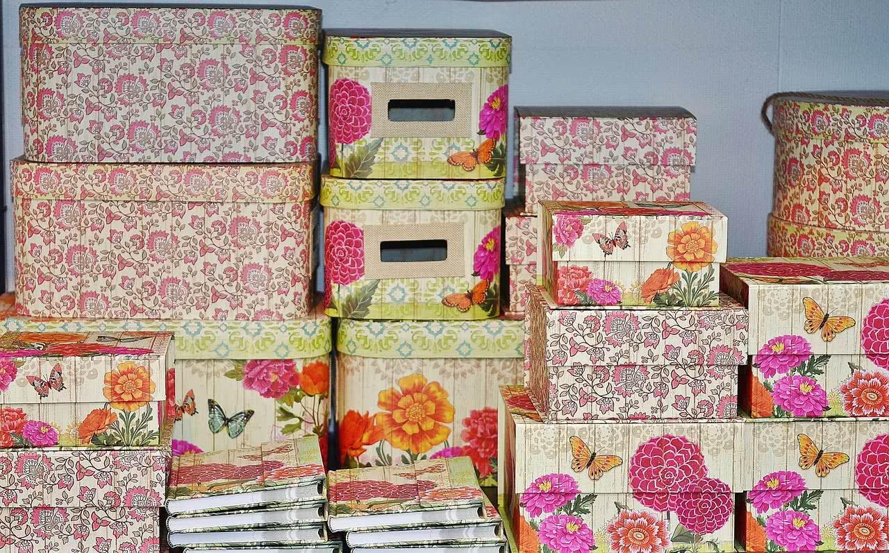 Разноцветные коробки для хранения