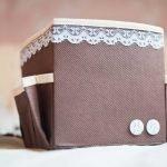 Коричневая коробка, декорированная кружевом