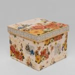 Коробка с оранжевыми и желтыми цветами