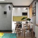 Сочетание белой мебели и желтого фартука на кухне