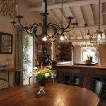 Люстра со свечами над столом
