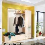 Желтая стена в светлом интерьере