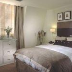 Белая спальня коричневый текстиль