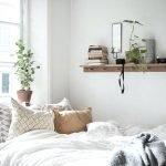 Деревянная полка над кроватью