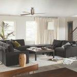 Большой диван в центре гостиной
