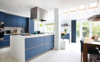 Используем синий цвет в интерьере кухни