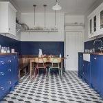 Сочетание красного, белого и синего цветов на кухне