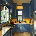 Сочетание желтого фартука и синей мебели