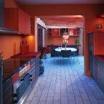 Кухня с красными стенами