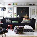 Светлые стены яркая мебель