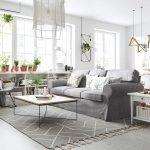 Однотонная натуральная ткань на диване