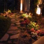 Освещение возле садовой дорожки