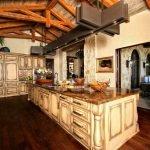 Кухня со столом-островом