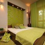 Спальня в коричнево-зеленых тонах