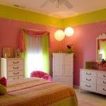 Спальня в зелено-розовых тонах