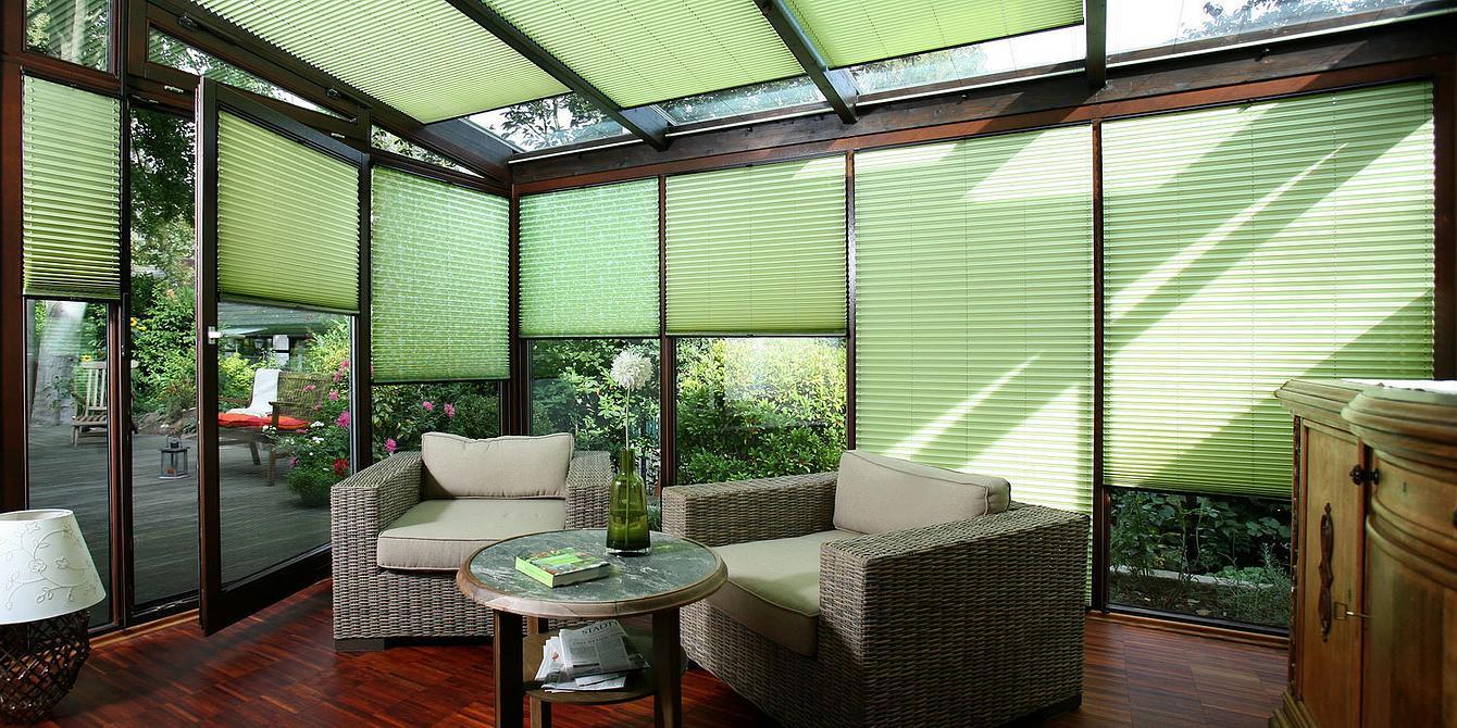 Зеленые шторы на веранде