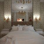 Белые тумбочки у кровати
